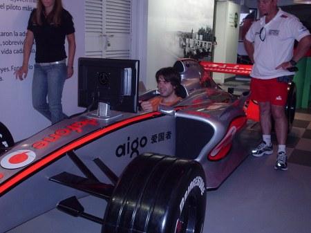 Jonatan recreándose en el Simulador de McLaren.Cortesia del Museo Juan Manuel Fangio. ¡Gracias!.